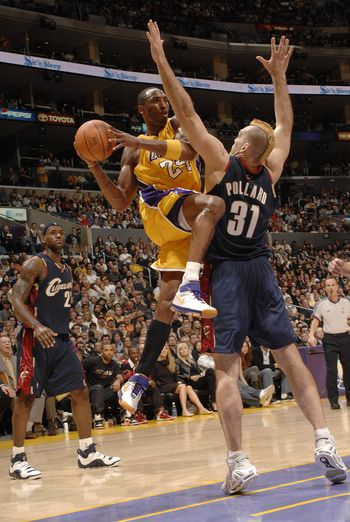 NBA图:骑士胜湖人 科比铁膝开道