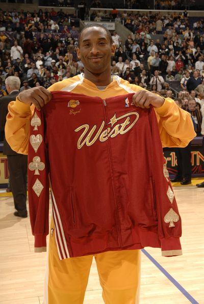 NBA图:骑士胜湖人 科比展示全明星球衣