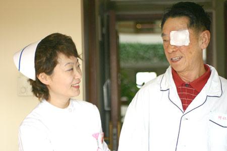 微笑北京 活动举行 护士长与病人交谈