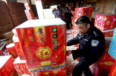 福州黑窝点堆满烟花爆竹 民房变成炸药库(图)