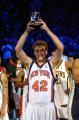 NBA图:07全明星新秀赛 大卫-李手举新秀赛MVP奖杯