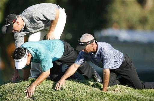 图文:2007尼桑高尔夫公开赛 三位球员一起找球