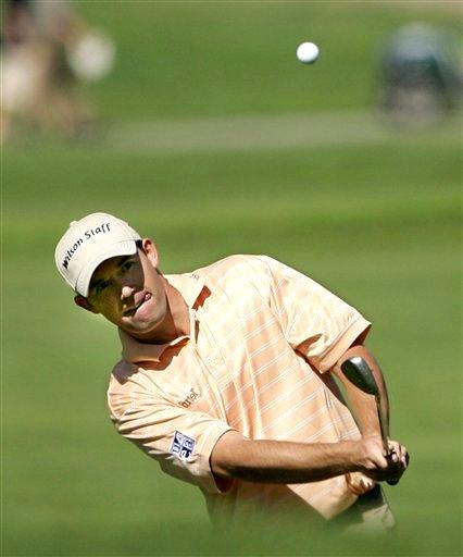图文:2007尼桑高尔夫公开赛 哈灵顿击球吐舌头
