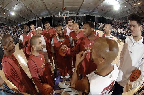 NBA图:东西部全明星训练 西部球员开会姚明旁听