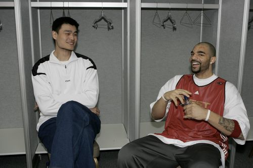 NBA图:全明星训练 姚明布泽尔谈笑风生