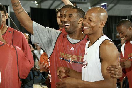NBA图:西部明星训练 科比与雷阿伦谈笑