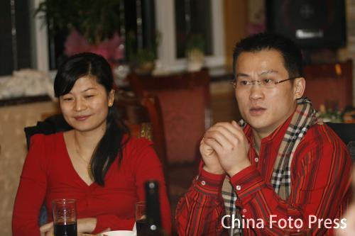 图文:举重队迎春联欢会 张国政与妻子