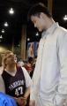 图文:NBA全明星赛 姚明与美国特奥运动员交谈
