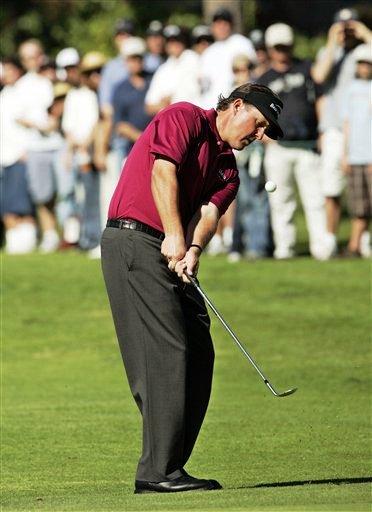 图文:2007尼桑高尔夫公开赛 老米切球进攻果岭
