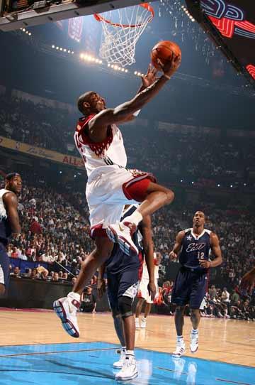图文:NBA全明星赛开战 科比反身扣篮