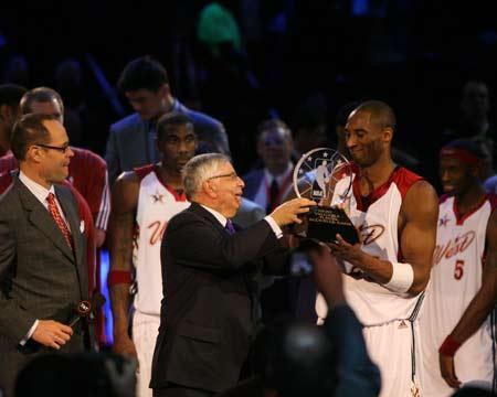 NBA图:全明星东部胜西部 科比含笑接奖杯