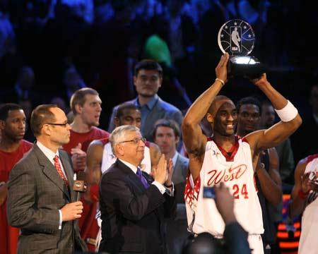 NBA图:全明星东部胜西部 科比获得MVP奖杯