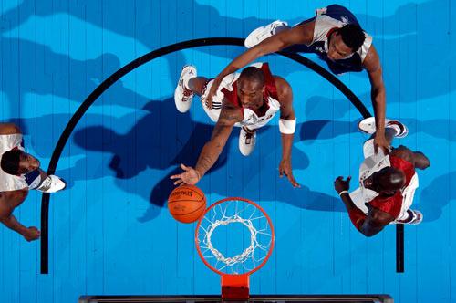 NBA图:全明星赛西部获胜 科比上篮