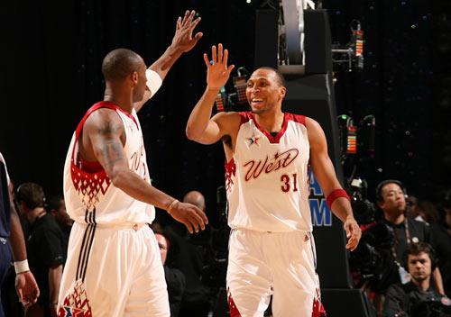 NBA图:全明星赛西部获胜 马里昂科比击掌