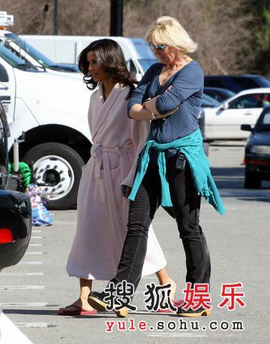 《绝望的主妇》第三季热拍 伊娃-朗格利秀短裙