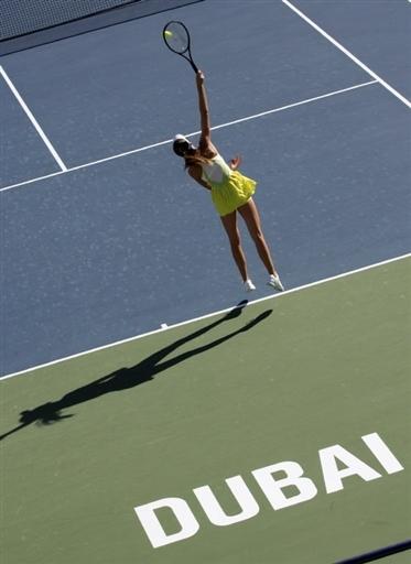 图文:迪拜公开赛 美女汉图楚娃发球略显单薄