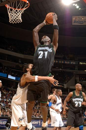 NBA图:森林狼主场战山猫 加内特飞身扣篮