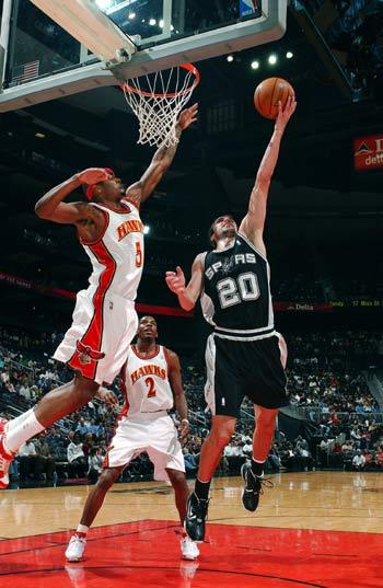 NBA图:马刺客场灭老鹰 吉诺比利上反篮