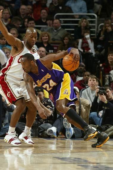 NBA图:火箭主场对阵热火  科比突破对手