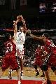 NBA图:火箭主场对阵热火  巴蒂尔冲破二人阵
