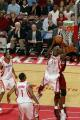NBA图:火箭主场对阵热火  穆大叔奋力抢篮板