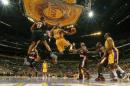 NBA图:湖人主场迎战开拓者 科比空中帅气上篮