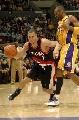 NBA图:湖人主场迎战开拓者 罗伊突破科比