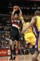 NBA图:湖人主场迎战开拓者 罗伊中投出手