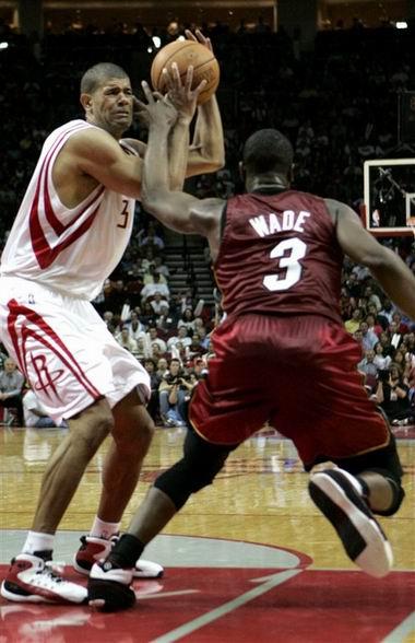 NBA图:热火客场不敌火箭  韦德左肩受伤瞬间