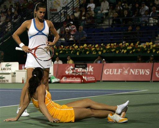 图文:迪拜网球公开赛 毛瑞斯莫询问对手伤势