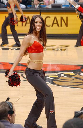 NBA美女图:老鹰美女啦啦队 靓丽可人