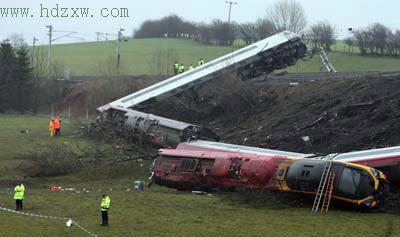 英国高铁列车9节车厢全出轨 事故原因仍然是谜