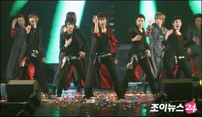 组图:东方神起首尔开个唱 激情演唱热情似火
