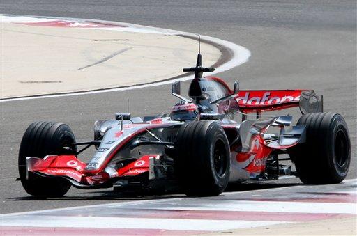 图文:F1车队巴林赛道试车 阿隆索驾车前行