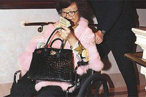 沈殿霞坐轮椅支持爱女演出 面色枯黄人暴瘦(图)
