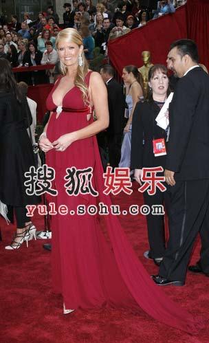 南茜-欧黛尔身穿红裙妖娆步入红毯