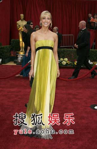 Lara Spencer身穿黄色晚礼高贵优雅