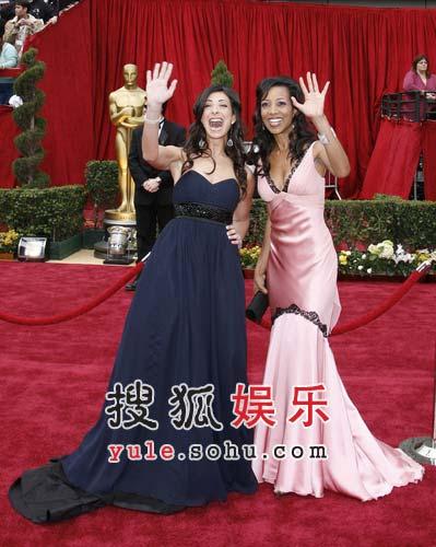 主持人Stacy London、肖恩-罗宾逊红毯兴奋挥手