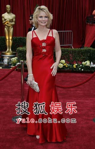 女主持简-卡尔火红礼服风情万种亮相红毯