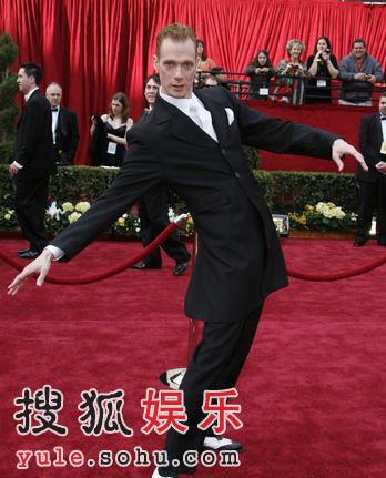 道格-琼斯亮相红毯 舞动腰身秀健美身材(图)