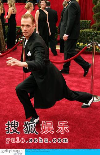 奥斯卡红毯走秀 道格-琼斯大摆搞怪pose(图)