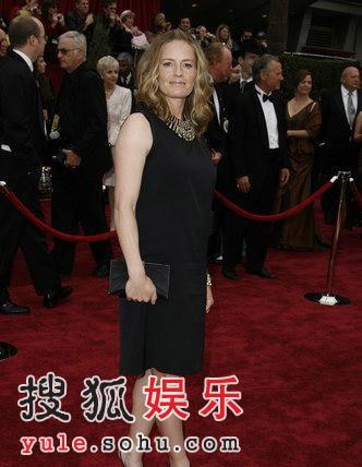 图:第79届奥斯卡红毯 伊丽莎白-苏优雅亮相
