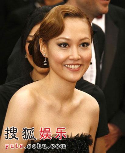 图文:获最佳女配角提名者菊地凛子低胸亮相