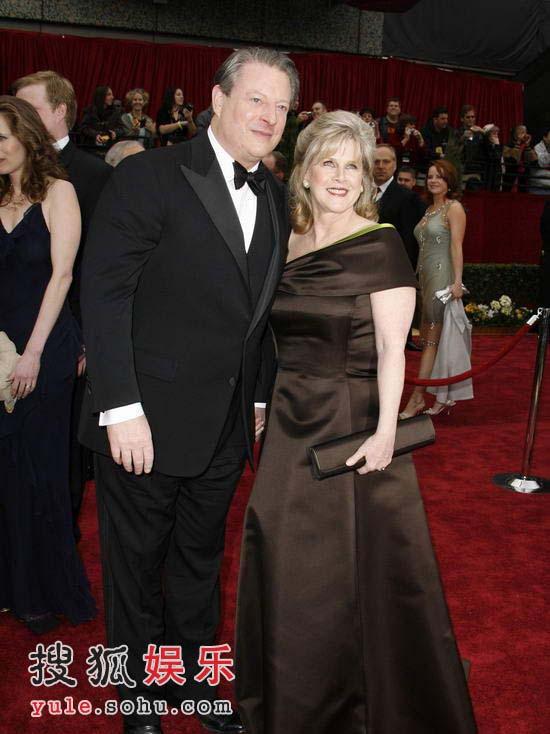 图:美国前副总统戈尔携夫人亲密亮相红毯