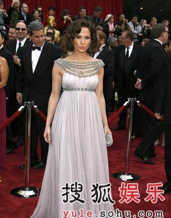 图:颁奖嘉宾珍妮弗-洛佩兹古典拖地长裙唯美