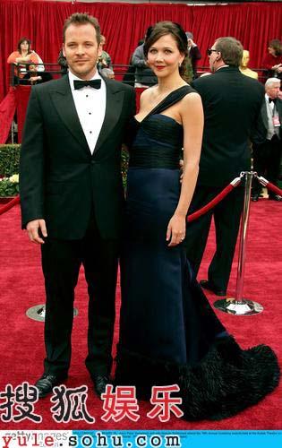 快讯:新生代演员麦琪-吉伦哈尔着蓝色长裙亮相