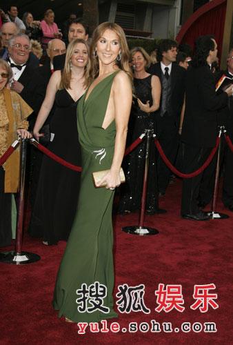 图:席琳-迪翁绿色晚礼走秀 尽显高贵优雅