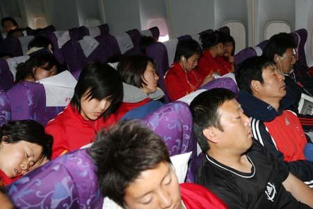 图文:女足抵达波尔多 抓紧时间睡一觉