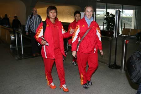 图文:女足抵达波尔多 韩端与理疗师