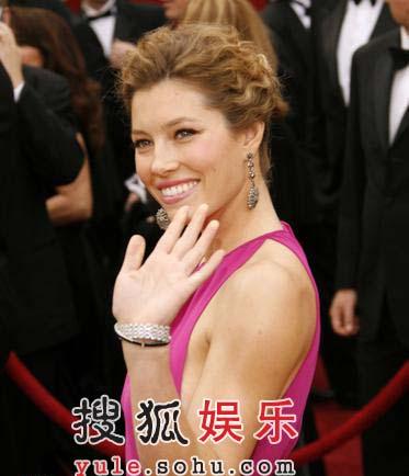 图:名女演员杰西卡-贝尔粉色礼服挥手微笑